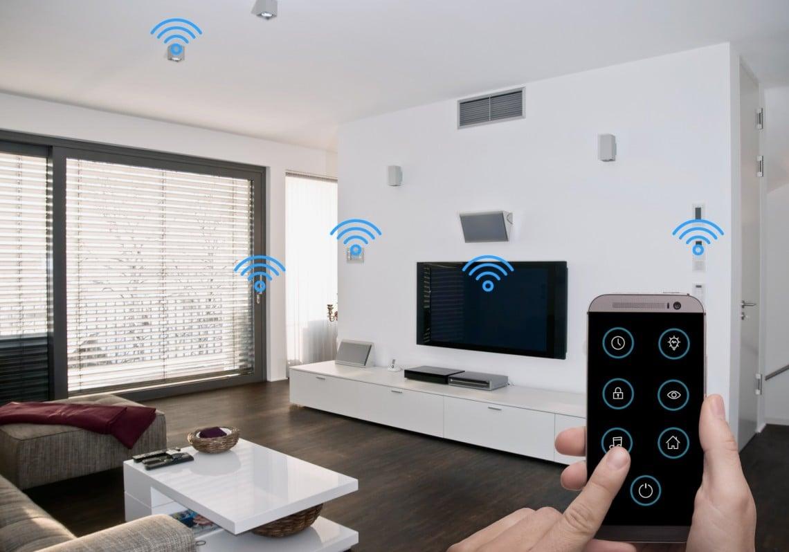 Beeld van domotica met home entertainment en wifi symbolen.
